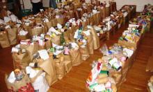 La dignité selon Syriza : préparation des rations alimentaires dans un des Centres de Solidarité.