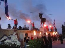 « Honneurs » à Léonidas devant le monument des Thermopyles par les membres du parti d'extrême-droite Chrysi Avgi (Aube Dorée). Une esthétique qui inspire la résistance des Grecs aux « envahisseurs» venus de l'Union européenne, bien au-delà du périmètre folklorique de Chrysi Avgh.