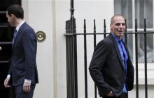 Yanis Varoufakis devant le 11 Downing street à Londres : όλοι γέλαγαν με τον τρελό, γέλαγε κι εκείνος.