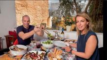 Mars 2015: Varoufakis et sa femme posent pour Paris Match. Déjeuner light. Normal, nous sommes en période de Carême.